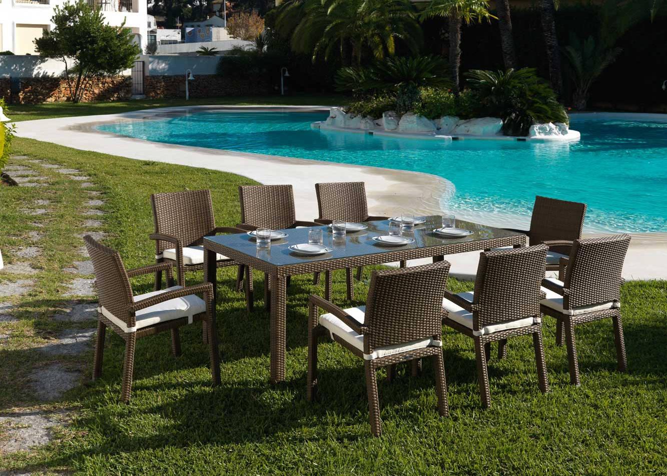 mesa y sillas de jardín y piscina