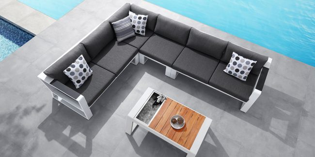 Perfect combination of white, wood and dark with an ice bicket coffee table